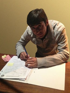 Robinho assina contrato com o Coritiba (Foto: Divulgação)