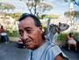 De coleira, esquilo é flagrado no ombro do dono em El Salvador