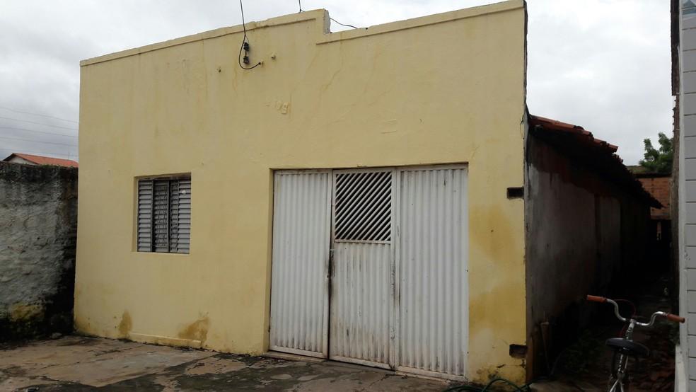 Filho tirou a vida da mãe em casa, na rua Dote de Oliveira (Foto: Junior Feitosa/G1)