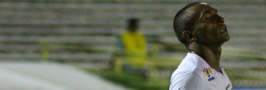 Baixinho do River-PI dá passe para gol, marca de falta e garante segunda vitória do Galo no Piauiense; veja (Emanuele Madeira)