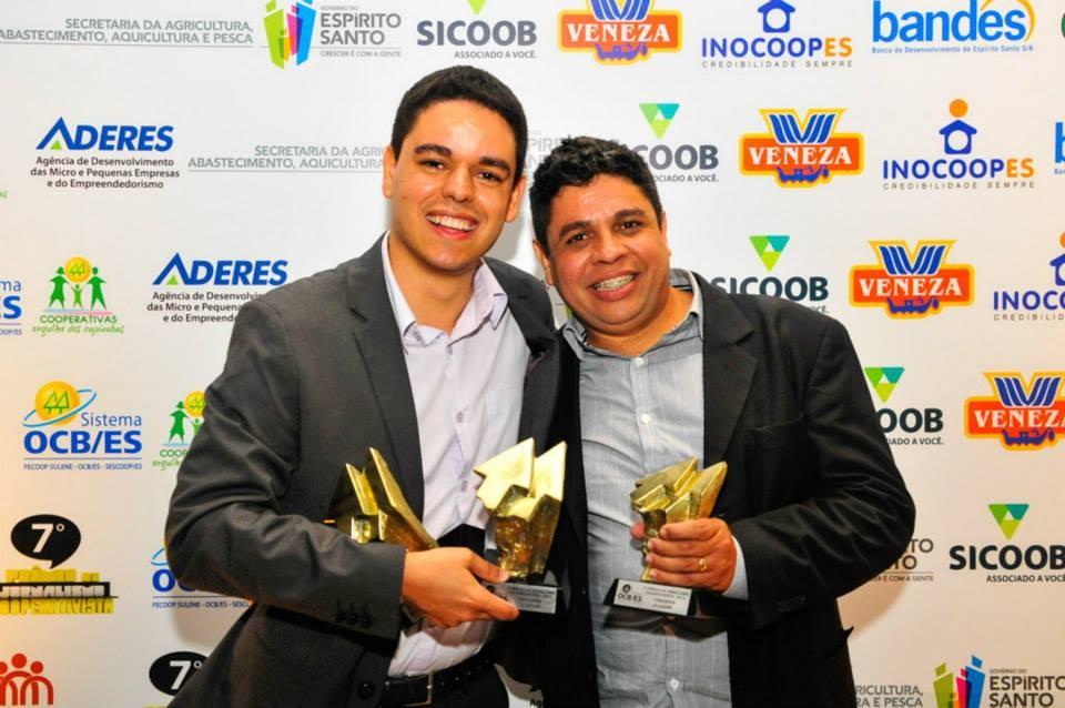 Tarcísio (2º lugar em Telejornalismo e em Fotografia) e Anderson (2º lugar em Cinegrafia) (Foto: Bruno Coelho)
