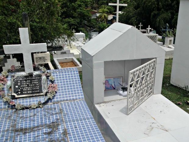 Vândalos violam túmulos para roubar em cemitério de Cruzeiro do Sul   (Foto: Adelcimar Carvalho/G1)
