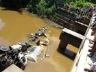 Resgatado corpo de motorista de carreta submersa em rio em MG
