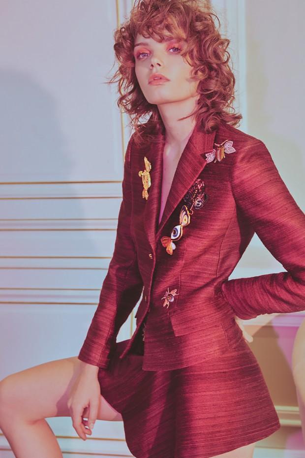 Tailleur de seda rústica decorado com broches da coleção de prêt-à-porter da grife (Foto: Emmanuel Giraud)