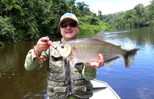 Repórter do Terra da Gente André Natale pesca no rio Azul, no sul do Pará (Foto: Reprodução / EPTV)