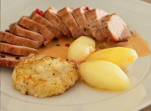 Filé de leitão com batata dourada, maçã caramelada e pimenta-rosa (Foto:  )