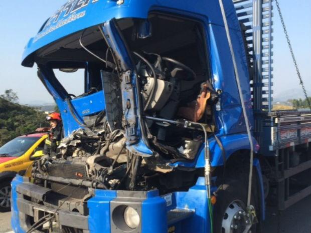 acidente destruiu cabine e deixou motorista em estado grave (Foto: Corpo de Bombeiros/Divulgação)