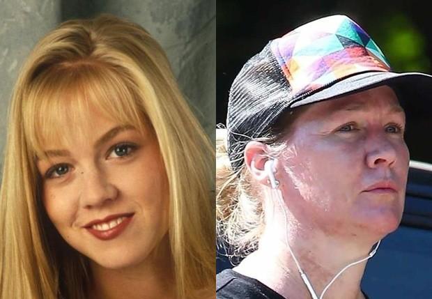 Jennie Garth como Kelly em Barrados no Baile (1990-2000) e em agosto de 2017 (Foto: Reprodução e BackGrid)