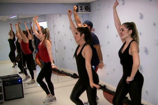 Academia ensina coreografia de Anitta (Foto: Reprodução/RBS TV)