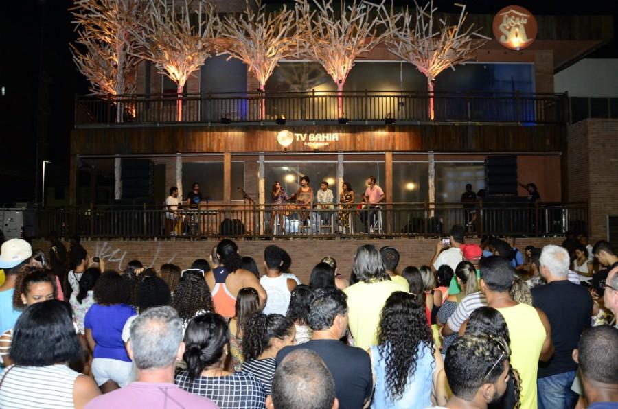 Os cantores na varanda e o público cantando junto (Foto: Eli Cruz)