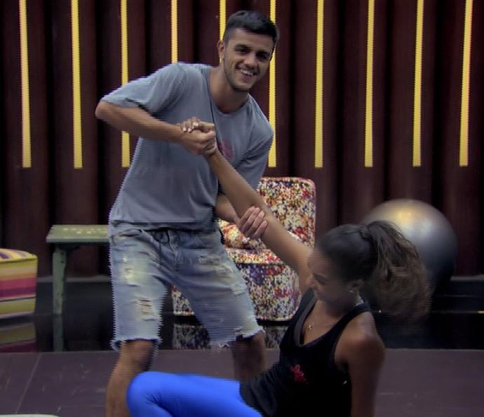 Carol Agnelo e Felipe Simas nos primeiros ensaios do 'Dança' (Foto: TV Globo/Divulgação)