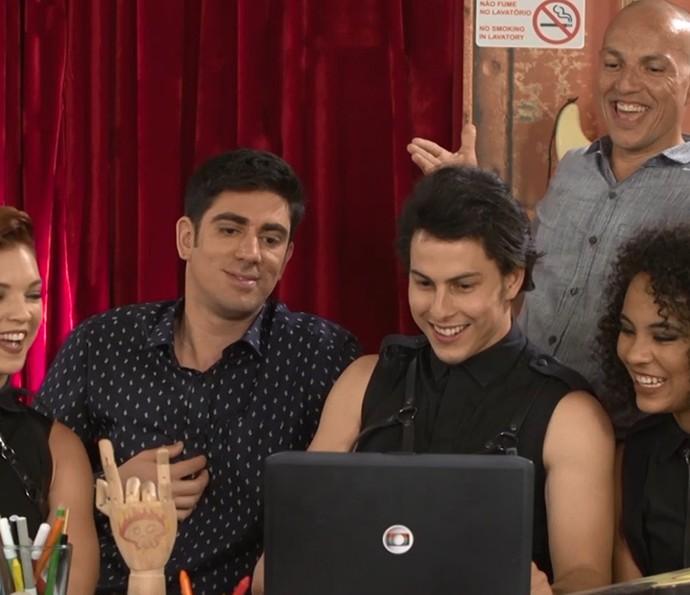 Adnet e equipe se divertem vendo os vídeos da Máquina da Gratidão (Foto: TV Globo)