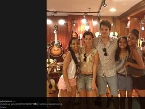 John Mayer e Katy Perry posam com três garotas em loja em Nova York, em foto do Twitter de uma das fãs (Foto: Reprodução/Twitter)