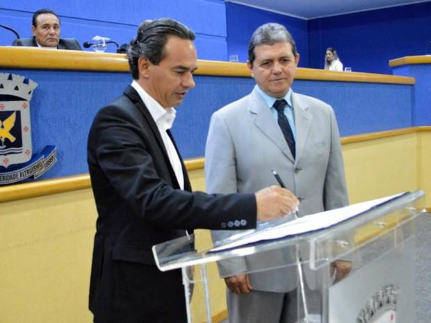 Marquinhos Trad assinou decreto lei na Câmara, ao lado do vereador João Rocha (Foto: Divulgação/Prefeitura de Campo Grande)