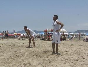 Robinho, praia de Santos (Foto: Reprodução / TV Tribuna)