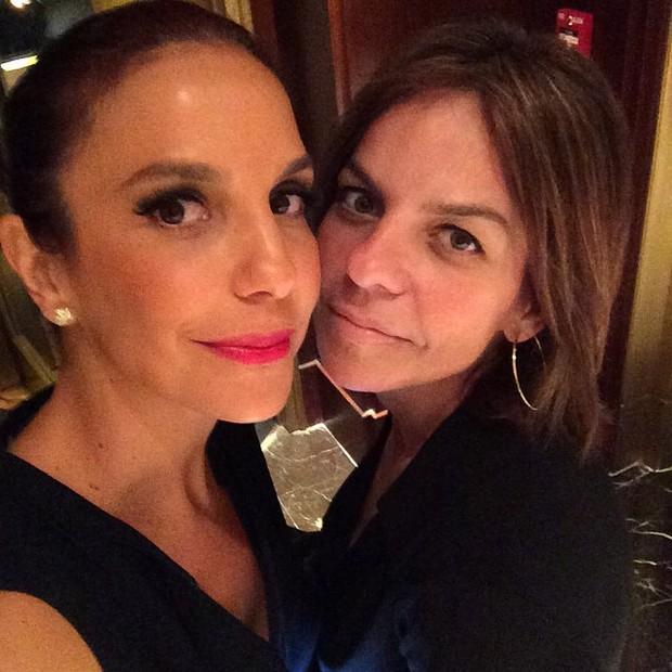 Ivete Sangalo com a irmã Cynthia Sangalo em restaurante em Nova York, nos Estados Unidos (Foto: Instagram/ Reprodução)