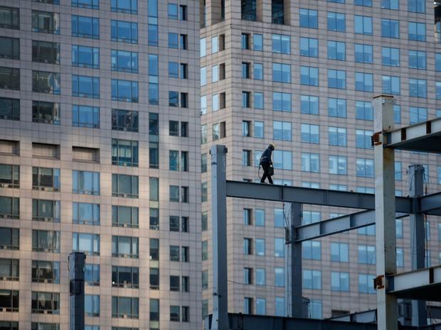 Um trabalhador anda na viga em uma construção de um novo edifício comercial em Pequim. O crescimento econômico da China pode desacelerar para 7,1% em 2015, em comparação à expectativa de 7,4 % este ano (Foto: Kim Kyung-Hoon/Reuters)