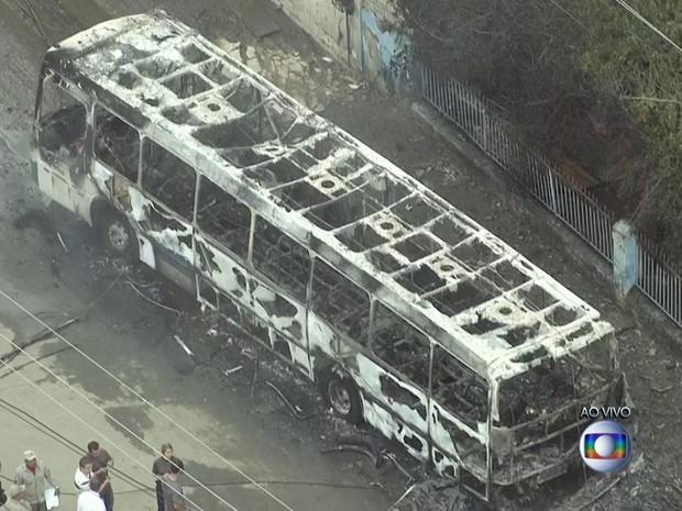 Ônibus colidiu com poste em São Gonçalo (Foto: Reprodução/TV Globo)