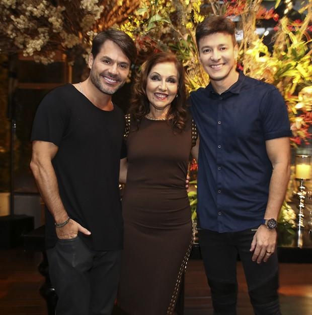 Rodrigo Faro com a mãe, Vera Lúcia, e o irmão, Danilo Faro (Foto: Manuela SCarpa e Rafael Cusato/Brazil News)