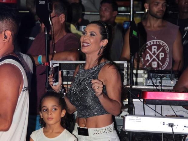 Scheila Carvalho com a filha, Giulia, em trio elétrico em Salvador, na Bahia (Foto: JC Pereira/ Ag. News)