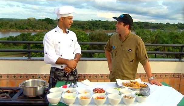 O chef de cozinha Anderson Kleber ensina a preparar o prato típico do Pantanal (Foto: Reprodução EPTV)