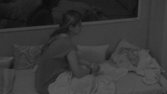 Vivian fica pensativa e faz oração logo depois