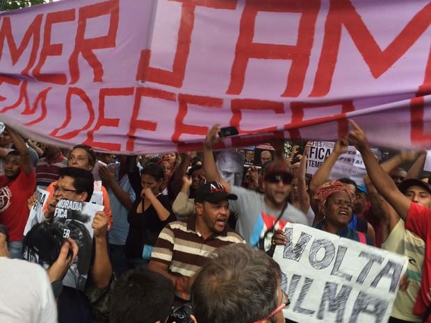 Manifestantes chegam perto da casa do presidente em exercício Michel Temer, no bairro de Alto de Pinheiros, Zona Oeste de São Paulo (Foto: Gabriela Gonçalves/G1)