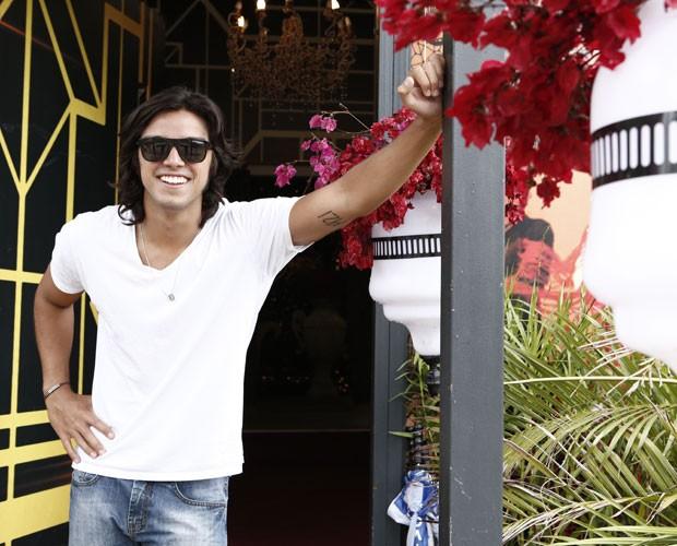 Rodrigo Simas posa na entrada da casa do Dança dos Famosos 2014 (Foto: Inácio Moraes/ TV Globo)