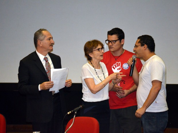 Aldo Rebelo e Helena Nader, presidente da SBPC, recebem carta de estudantes (Foto: Stefhanie Piovezan/G1)