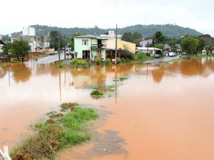 Rio Lonqueador avança sobre as casas (Foto: Prefeitura de Francisco Beltrão/ Divulgação)