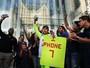 iPhone 7: Filas e frustração marcam primeiro dia de vendas pelo mundo