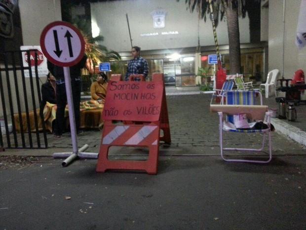 Familiares de OMs passaram madrugada em frente ao 9º BPM em Porto Alegre (Foto: Paulo Ledur/RBS TV)