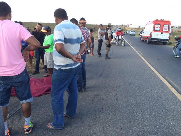 Carro bateu em carroça e deixou mulher grávida morta em Petrolina, PE (Foto: Paulo Ricardo Sobral/ TV Grande Rio)