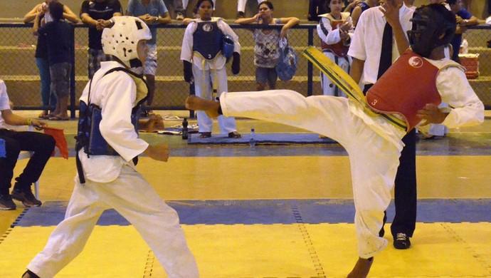 Chutes diretos para afastar o oponente (Foto: Tércio Neto/GloboEsporte.com)
