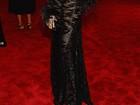 Anne Hathaway aparece loira e com vestido ousado em baile de gala