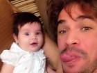 Ex-BBB Rodrigo faz selfie com a filha