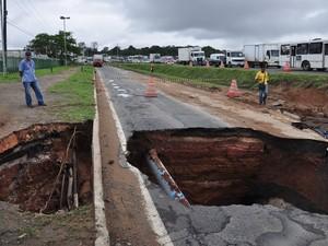Chuva forte parte asfalto em trecho da rodovia BR-324, na região metropolitana de Salvador. (Foto:  Mauro Akin Nassor/BAPRESS/Estadão Conteúdo)