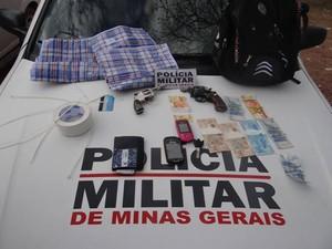 Material apreendido pela polícia (Foto: Divulgação Polícia Militar)