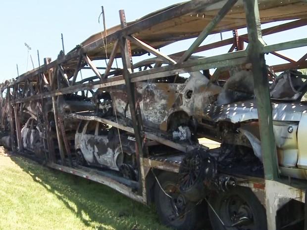 Carreta tombou e carros de luxo foram destruídos em Cajati, SP (Foto: Reprodução/TV Tribuna)