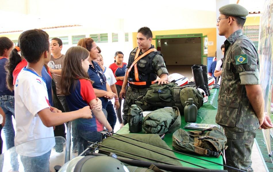 Exposição de equipamentos da Polícia do Exército atrai atenção atenção de estudantes (Foto: Katiúscia Monteiro/ Rede Amazônica)