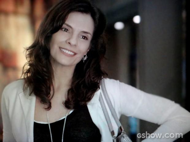 Verônica conta toda boba para Laerte que está morando com Cadu (Foto: Em Família / TV Globo)