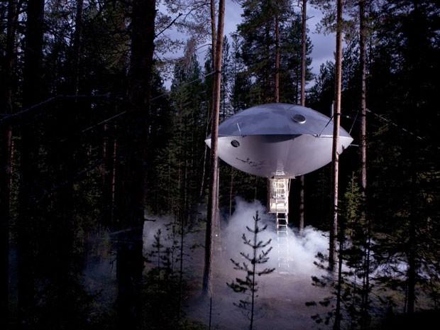 Casa na árvore em forma de disco voador do Treehotel, na Suécia (Foto: Peter Lundstrom, WDO – www.treehotel.se)