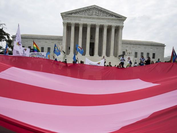 Defensores do casamento gay comemoram em frente à Suprema Corte em Washington, nos EUA, após aprovação do casamento de casais do mesmo sexo pela constituição. Com o resultado o casamento será legalizado em todos os 50 estados (Foto: Joshua Roberts/Reuters)