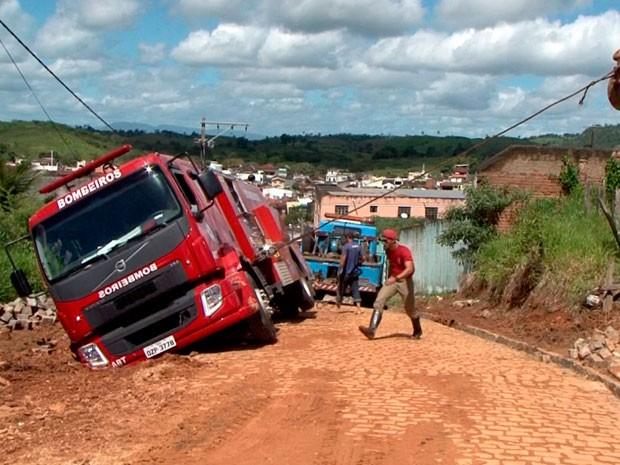 Veículo precisou de guincho e retroescavadeira para ser retirado do local (Foto: Reprodução/TV Santa Cruz)