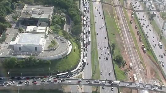 Atos contra impeachment de Dilma fecham avenidas e estradas na Bahia