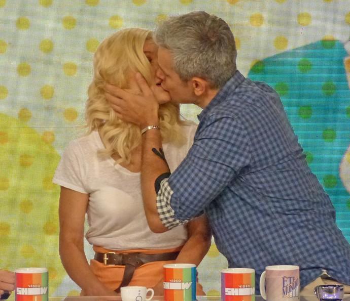 Otaviano Costa beija Fláva Alessandra ao vivo no 'Vídeo Show (Foto: Cristina Cople / TV Globo)