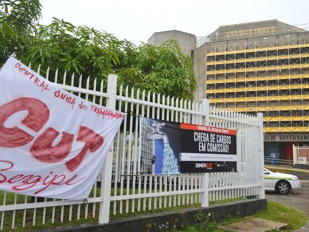 Faixas foram colocadas em frente do Palácio de Governo (à direita) (Foto: Marina Fontenele/G1)