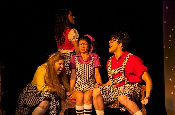 Na peça, a Bruxa Má do Oeste é uma menina órfã que sonha em ser adotada (Foto: Divulgação)