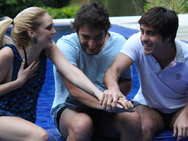 O trio comemora muito na piscina (Foto: Geração Brasil / TV Globo)