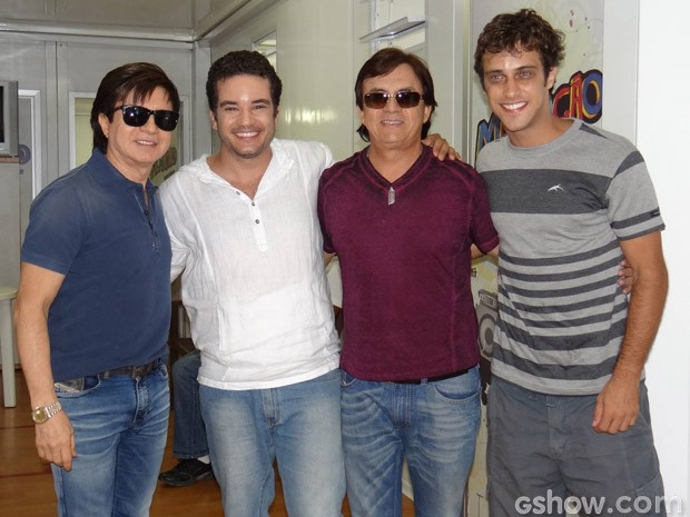 Chitãozinho e Xororó ao lado de Thiago Mendonça e Ronny Kriwat  (Foto: Em Família/TV Globo)